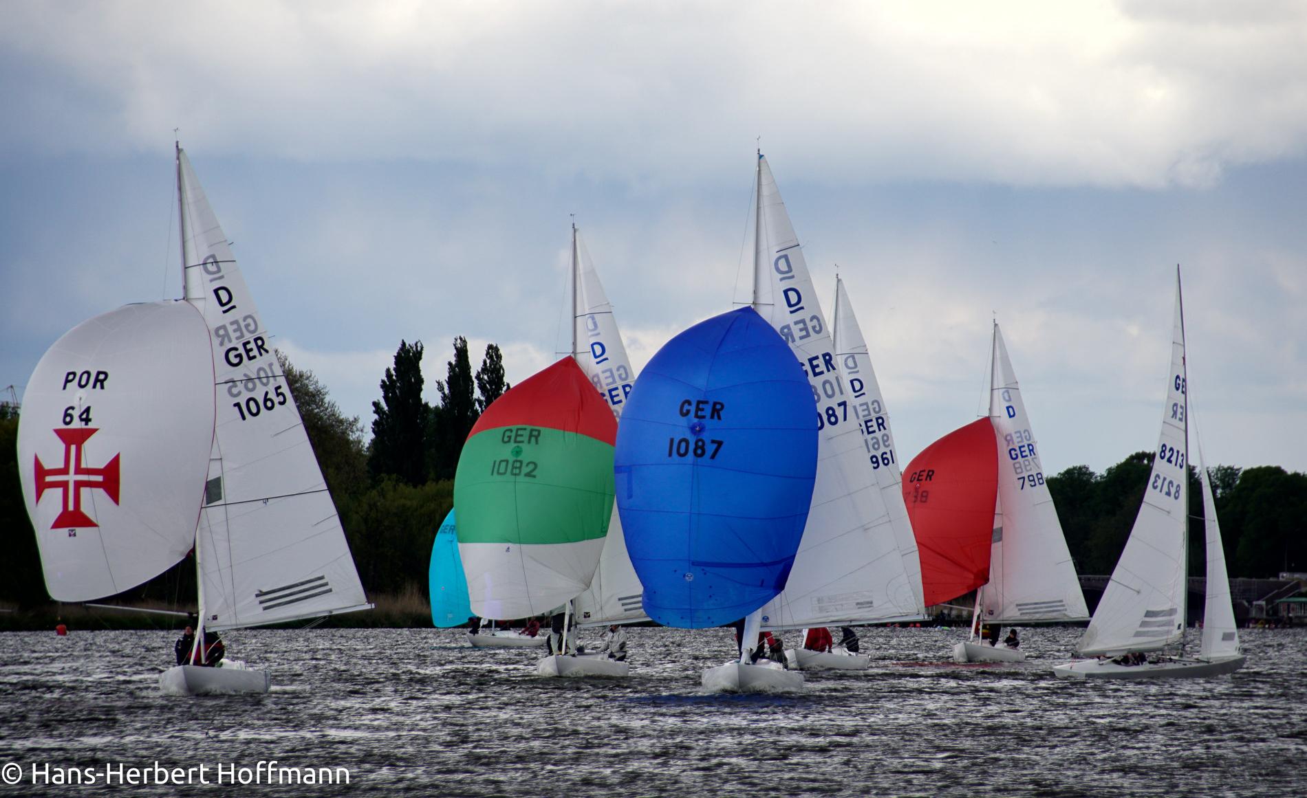 Drachenboote kämpfen auf launiger Alster